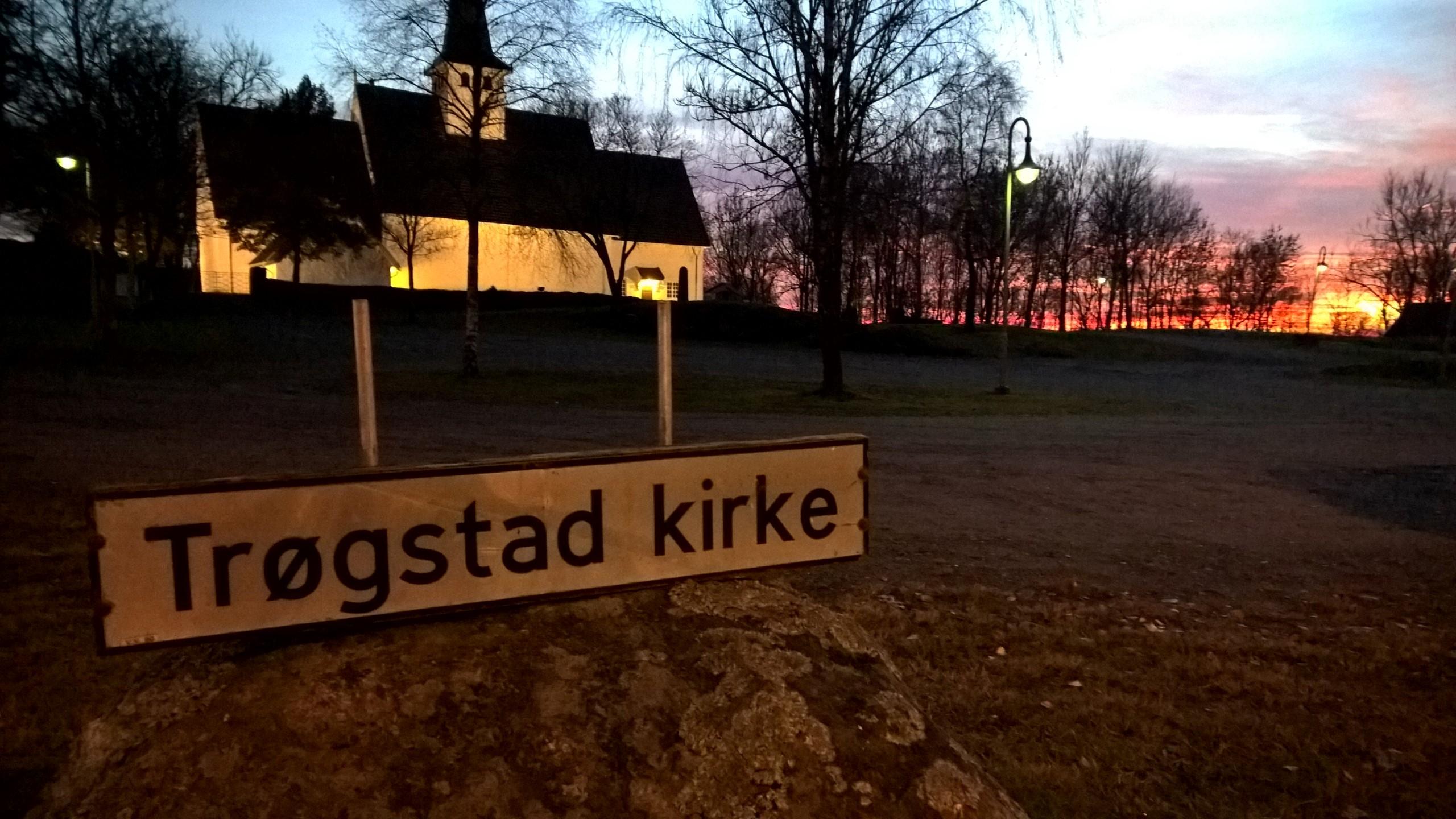 Trøgstad kirke i solnedgangen