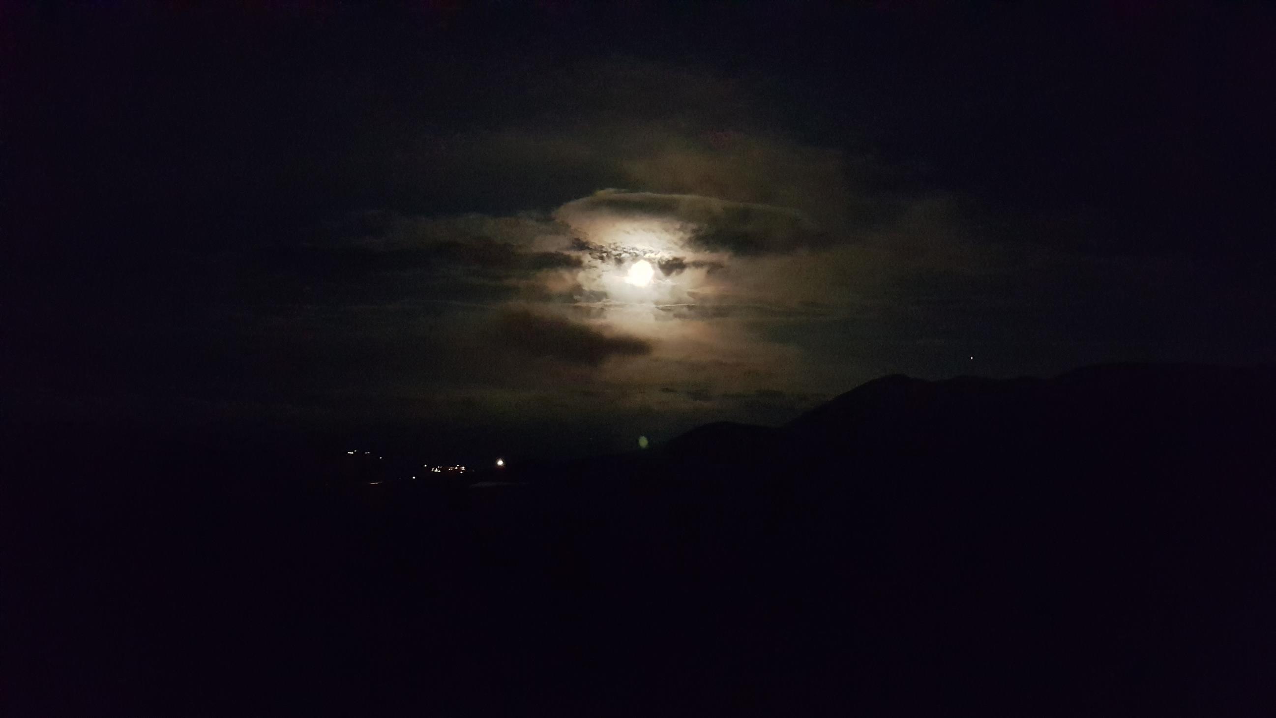 Månen lyste opp, litt